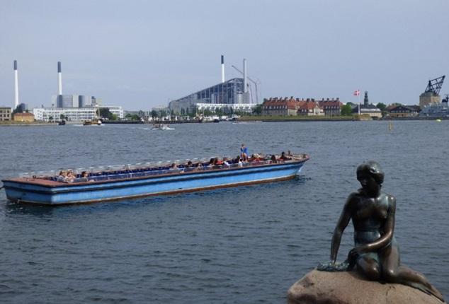 Copenaghen-Inceneritore-che-affaccia-su-mare-aperto